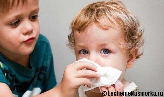 мальчик вытирает нос