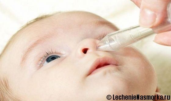 ребенку закапывают нос