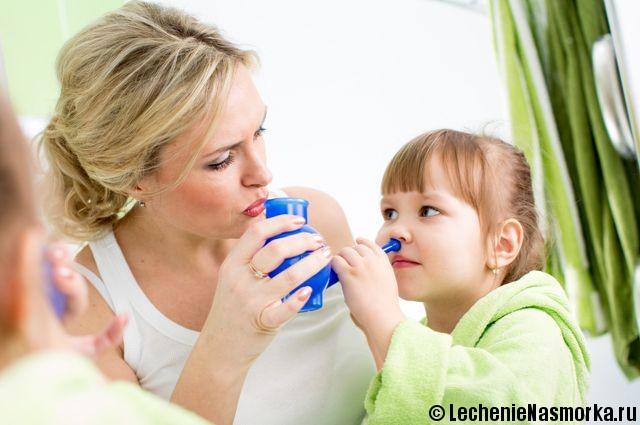 мама промывает нос дочке