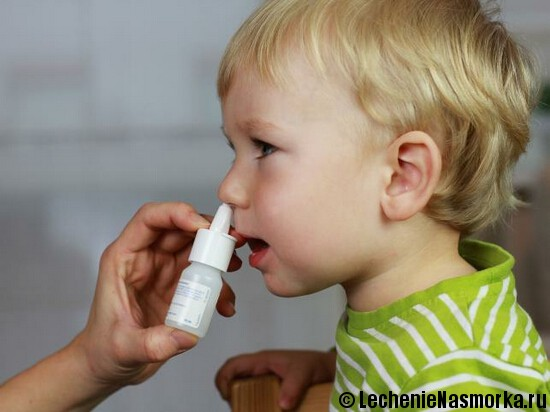 мальчику закапывают нос