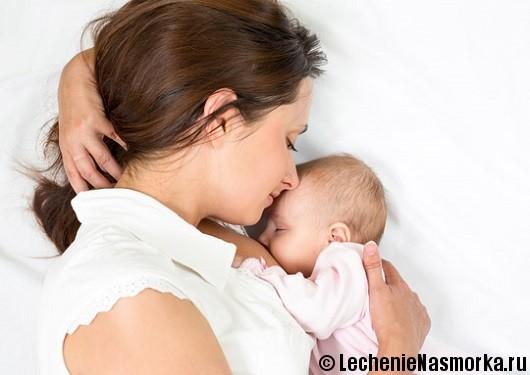 мама лежит с ребенком