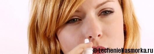 девушка капает нос