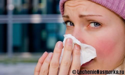 девушка высмаркивает нос