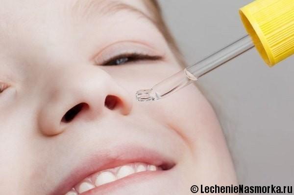 закапывают нос малышу