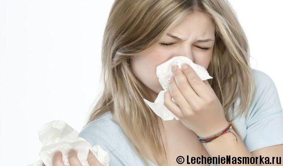 девушка вытирает нос