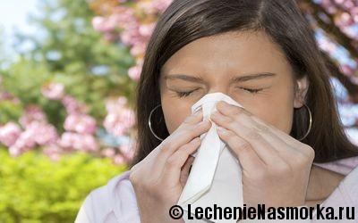девушка на фоне аллергена