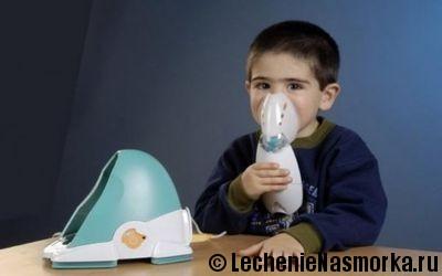 мальчик вдыхает раствор