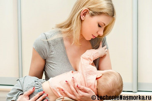 мама кормит грудью ребенка