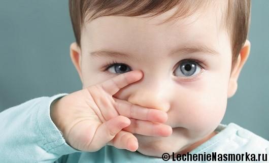 малыш прикрыл нос