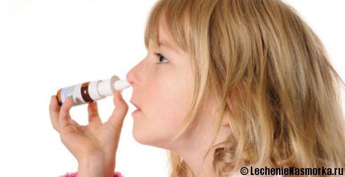 девочка закавывает нос каплями
