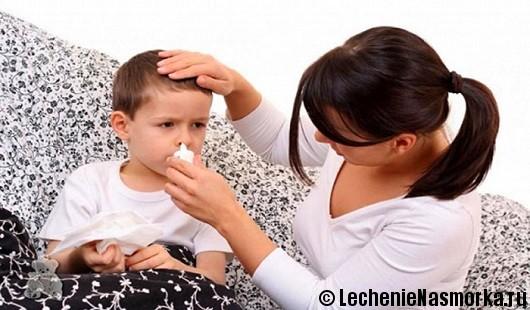 мама закапывает нос ребенку